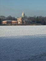 der zugefrorene Heilige See mit dem Marmorpalais